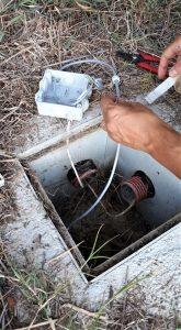 Ispezione dei cavi di collegamento del sensore fluxgate interrato con l'unità centrale.