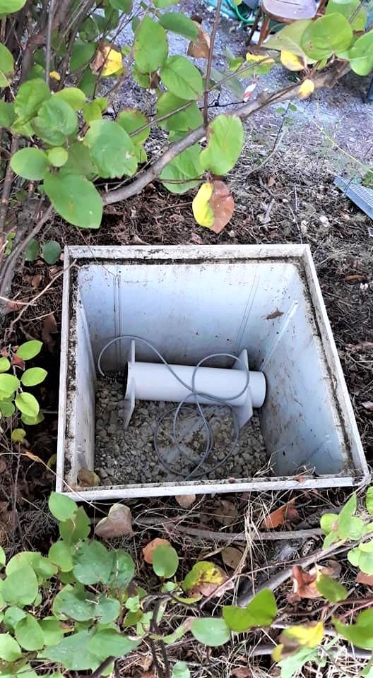 Sensore fluxgate del magnetometro (protetto da un cilindro di materiale plastico termicamente isolato) posizionato all'interno del pozzetto interrato.